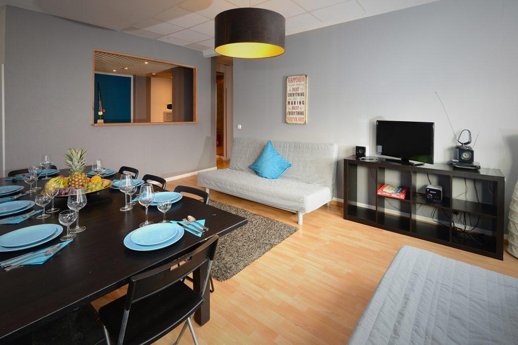 Dieses 125 qm große apartment ist mit seinen zwei schlafzimmern einem wohnbereich mit offener küche und zwei bädern ideal für gruppen und familien bis zu